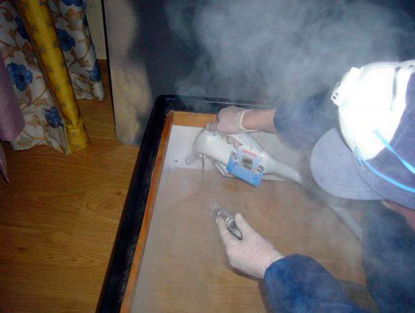 Vous pouvez vous débarrasser des punaises de lit dans les meubles à l'aide de la vapeur chaude d'un bateau à vapeur ...