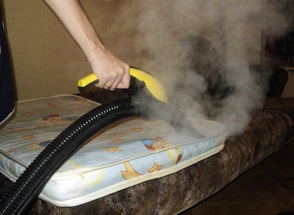 La photo montre un exemple de traitement à la vapeur chaude du matelas afin de détruire les punaises de lit et leurs œufs.