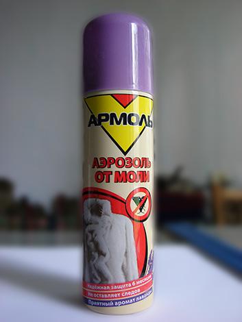 Traitement de l'armoire avec un aérosol Armol aidera à détruire les larves de papillons de nuit vivant là-bas, ainsi que des papillons