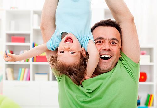 Les poux sont souvent transmis lors des jeux avec les enfants.