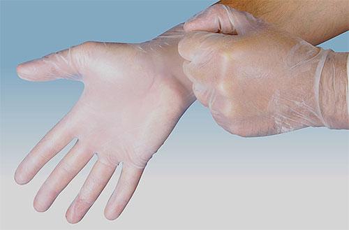 Lorsque vous appliquez un insecticide contre les poux et les lentes, portez des gants pour protéger vos mains.