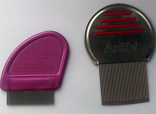 La photo montre des exemples de peignes spéciaux pour peigner les poux et les lentes.