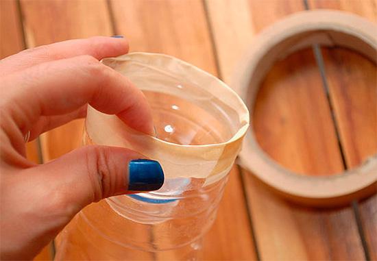 Le haut de la bouteille est coupé et inséré fermement dans le fond.