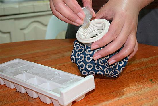 Une compresse froide réduit l'œdème des tissus affectés et réduit le taux d'absorption de poison par les insectes dans le sang.