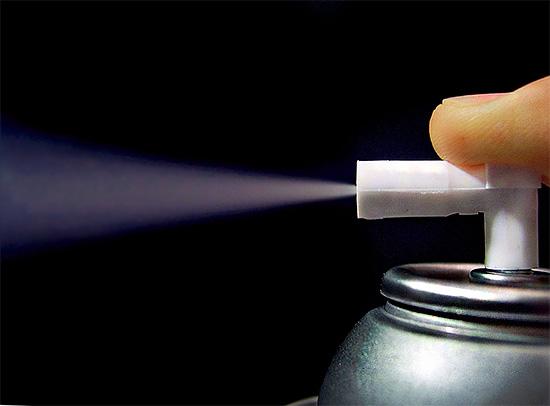 Lorsque vous utilisez un aérosol fini avec un agent insecticide, les particules pulvérisées sont beaucoup plus petites que si vous utilisiez un pulvérisateur domestique.