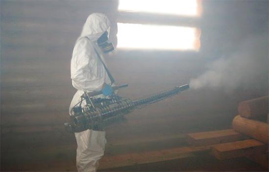 Traitement des locaux des insectes par la méthode du brouillard chaud.