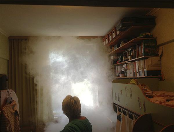 Lors de l'utilisation de bombes à fumée insecticides, la fumée se disperse dans la pièce et pénètre dans presque toutes les fissures et tous les trous.