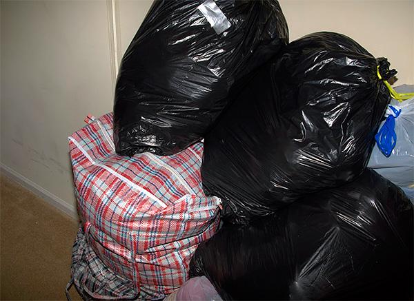 La photo montre un exemple de vêtements emballés dans des sacs en plastique afin que les tissus n'absorbent pas les odeurs étrangères.