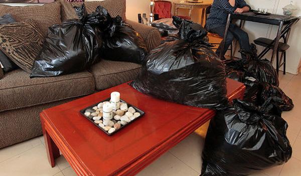 Les vêtements, la vaisselle et autres objets nécessaires avant de transformer l'appartement doivent être emballés dans des sacs en plastique.