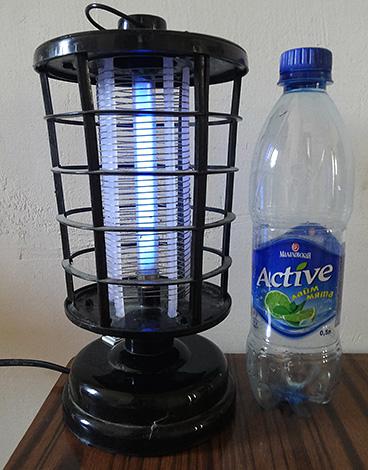 Un exemple de piège à lampe ultraviolette pour insectes volants.
