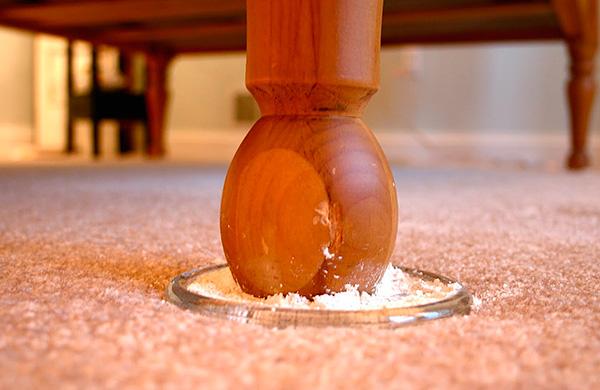Si vous mettez les pieds du lit dans une poudre insecticide, les insectes qui essaient d'atteindre la victime la nuit seront inévitablement contaminés par le poison.