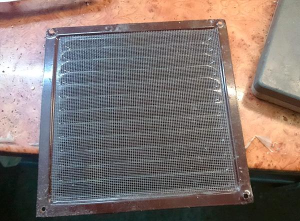 Pour empêcher les insectes, les blattes et les autres insectes des voisins d'entrer dans la pièce, vous pouvez installer une grille avec un maillage fin sur l'aération.