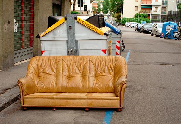 Il convient de garder à l'esprit que les canapés et les chaises sont souvent jetés précisément à cause de leur infection par des punaises de lit.