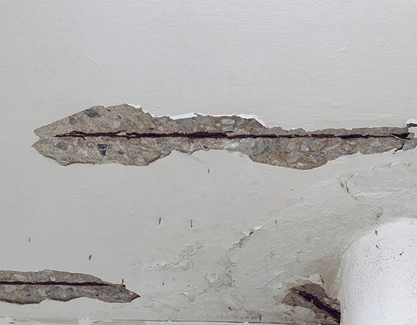 Les fissures au plafond, aux murs ou au sol peuvent également constituer le chemin par lequel les parasites pénètrent dans l'appartement.