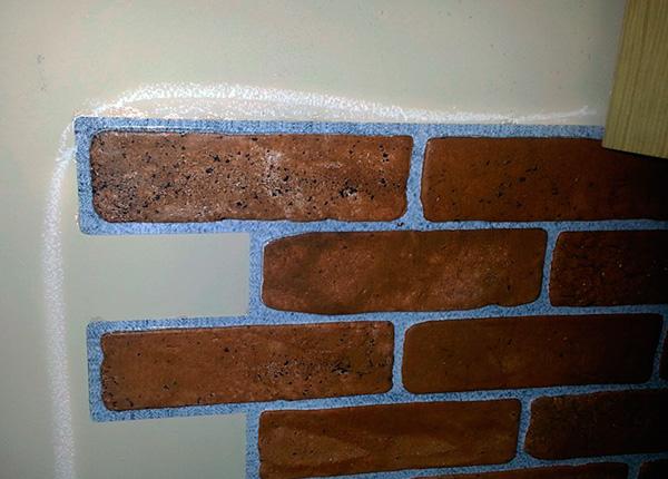Un exemple de lignes tracées par Mashenka sur le mur de la cuisine ...