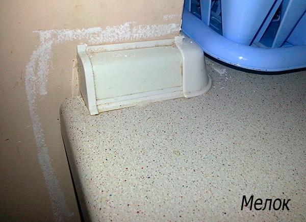 La photo montre un exemple d'utilisation de craie insecticide dans la cuisine.