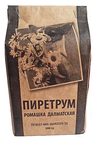 Le pyrèthre en poudre est un insecticide naturel produit à partir de fleurs séchées de camomille de Dalmatie.