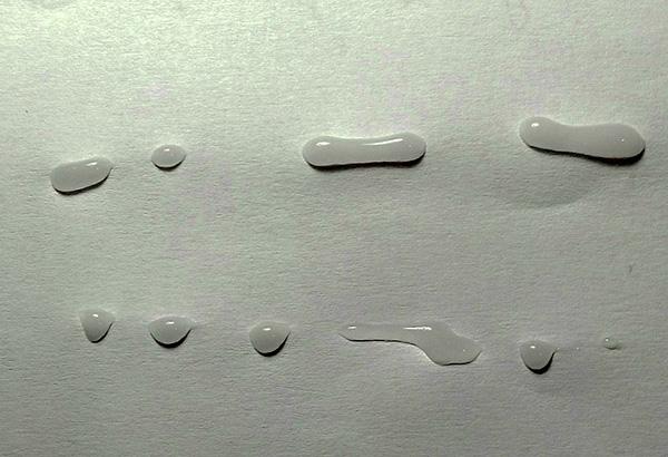 Le gel peut être appliqué à la fois des lignes et des gouttes.