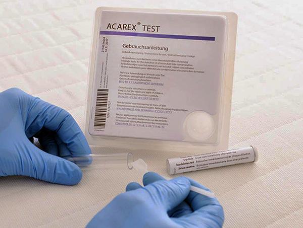 Des tests chimiques spéciaux permettent de détecter les allergènes des tiques dans les poussières.