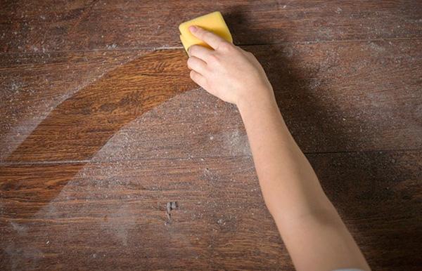 Il est important de réduire le nombre de tiques, non seulement au lit, mais dans tout l'appartement, en éliminant régulièrement la poussière.