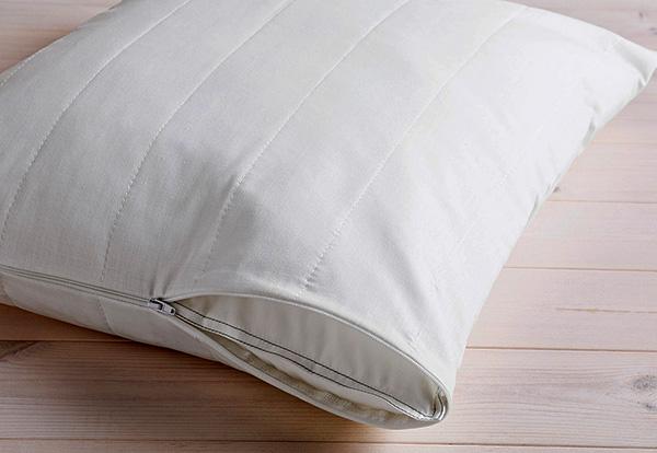 Il est pratique d'utiliser des taies d'oreiller spéciales impénétrables aux allergènes d'acariens.